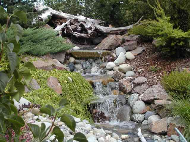Garden waterfall how to make it rosa for Making a pond in your backyard